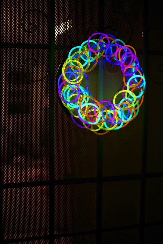 20 epic glow in the dark party ideas pretty my party diy glow stick wreath pretty my party solutioingenieria Images