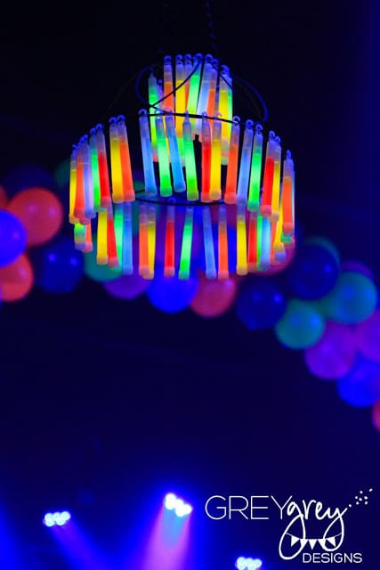20 epic glow in the dark party ideas pretty my party diy glow stick chandelier pretty my party solutioingenieria Images