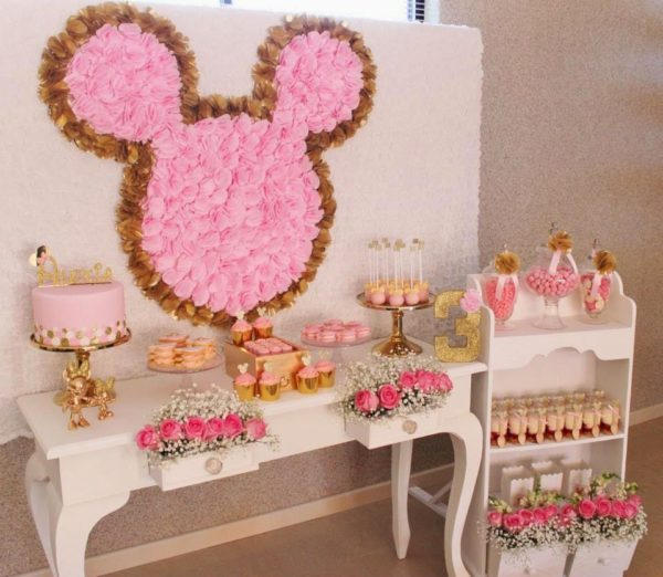 Lovely DIY Flower Minnie Mouse backdrop